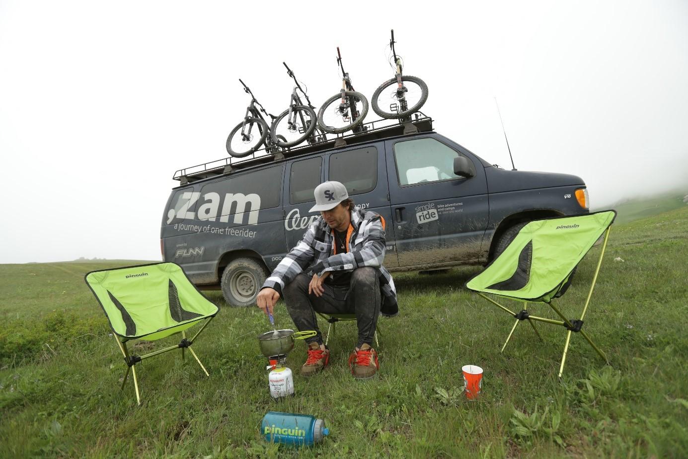 Gaspi kempuje před karavanem a vaří oběd