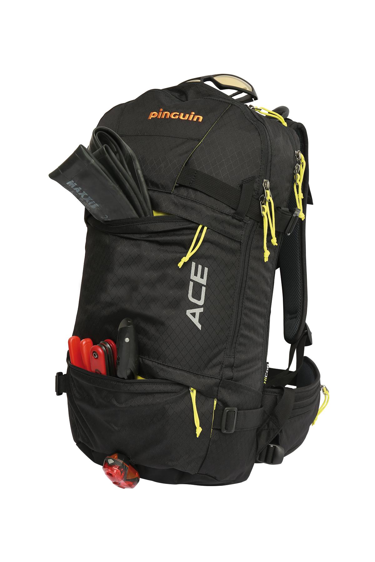 Batoh Ace v černé barvě a jako přední kapsa s duší na kolo