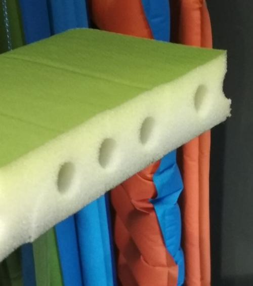 Průřez karimatkou s vertikálními dutinami