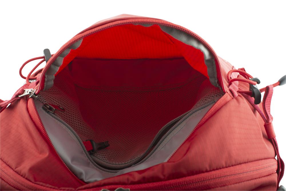 Prostorná čelní zipová kapsa s vnitřní síťovanou zipovou kapsou na cennosti s karabinkou na klíče.