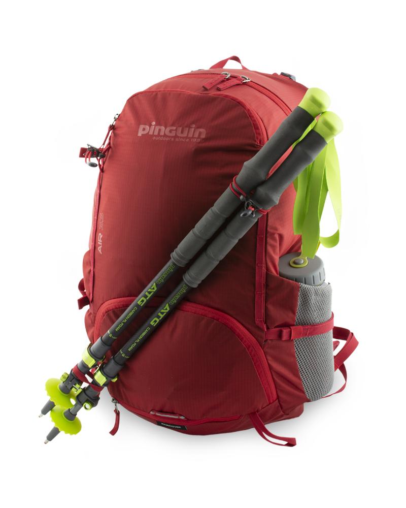 Pružná poutka s háčky na připevnění teleskopických holí a poutka na dně batohu.