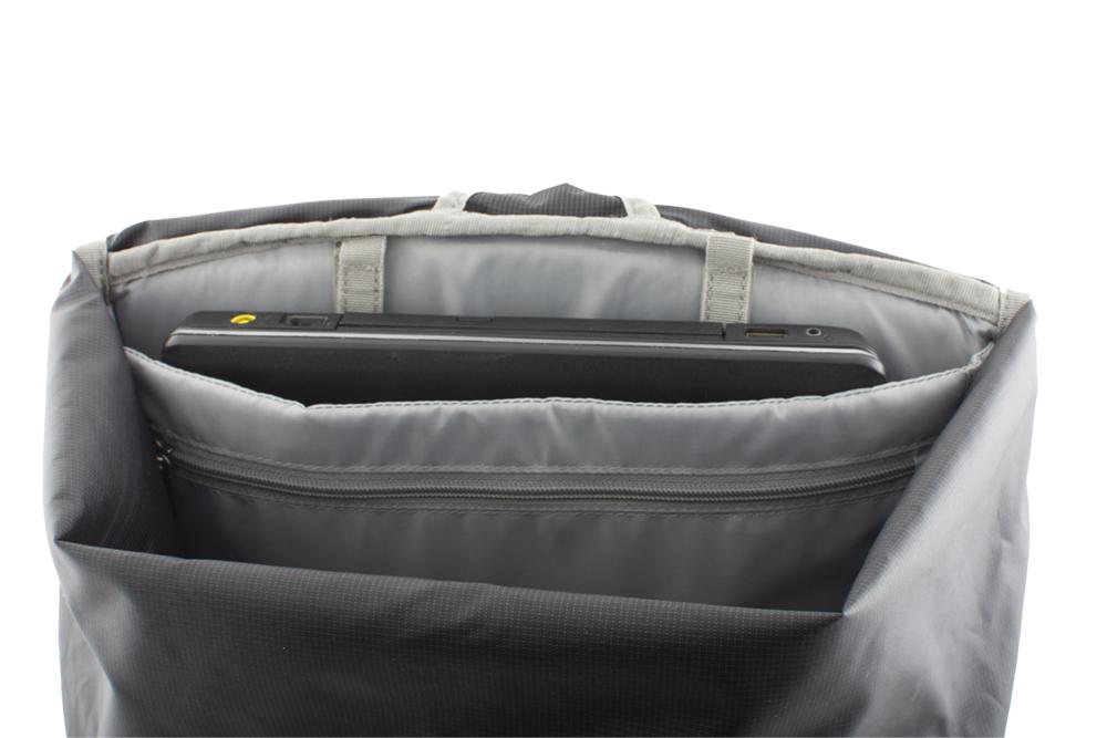 Commute 25 - Padded 15'' laptop pocket inside the backpack.