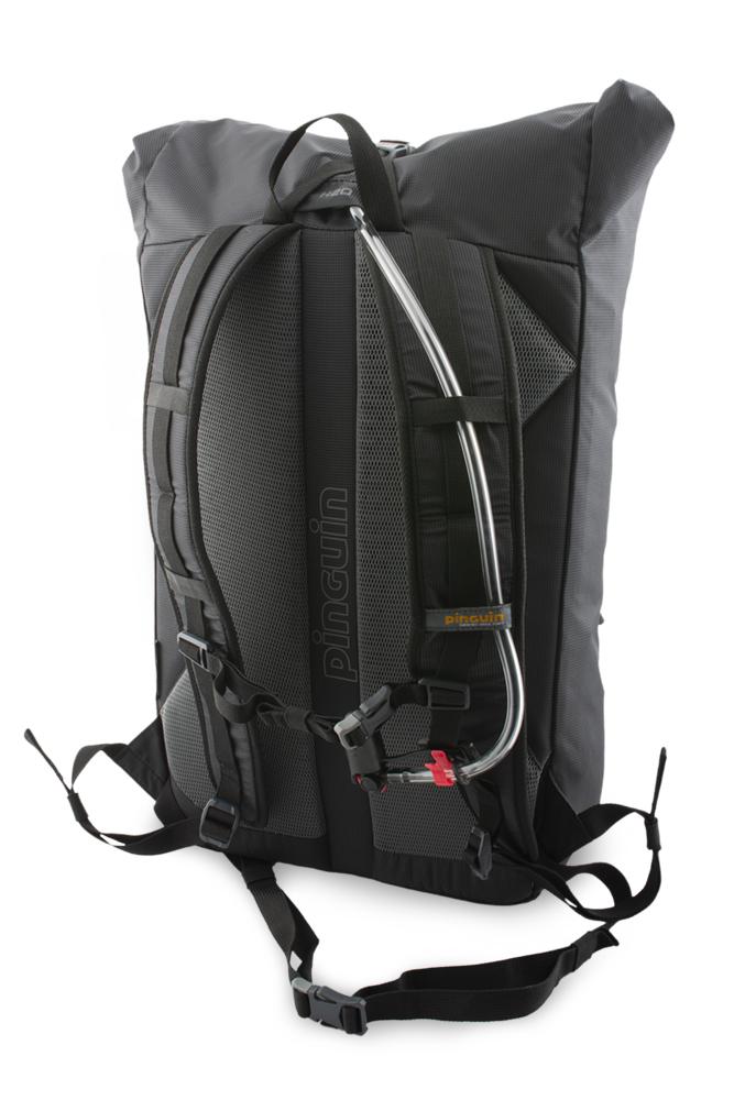 Commute 25 - výstup na hadici vodního vaku v horní části batohu