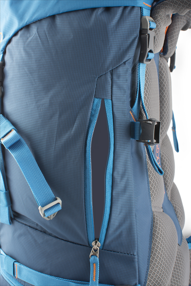 Attack 45 - Side zip access to the backpack secured with a strap = easy access to bottle, gloves or jacket.