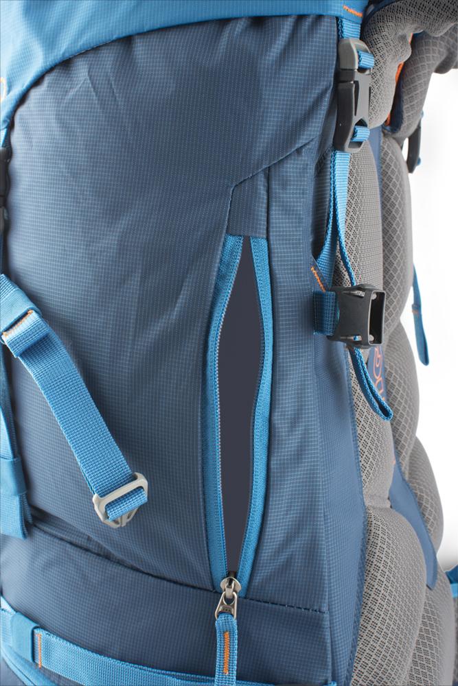 Attack 45 - Boční zipový vstup do batohu jištěný popruhem = snadný přístup k lahvi, rukavicím či bundě