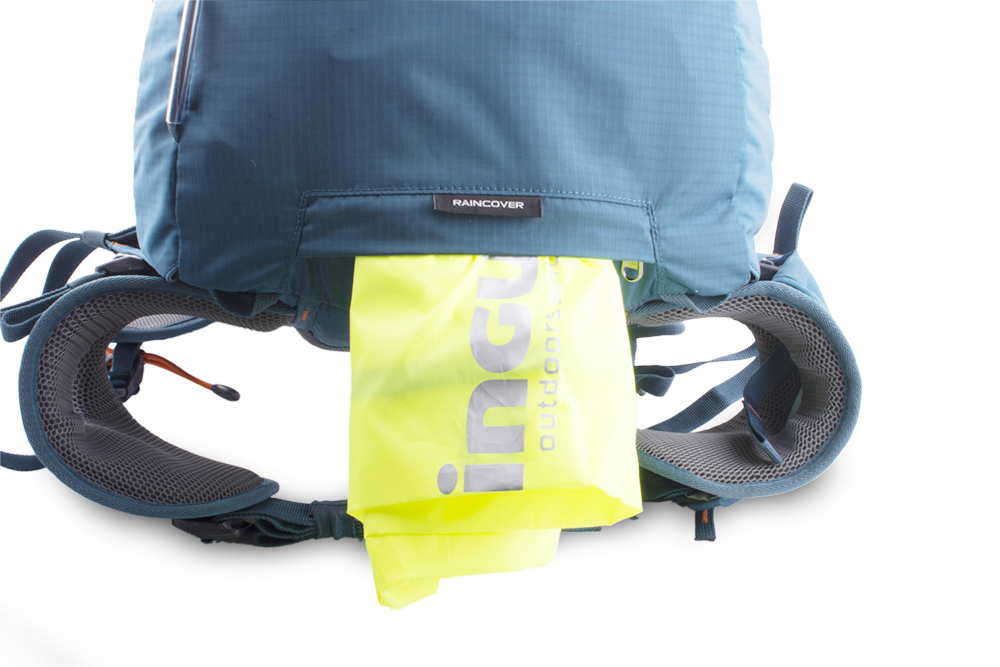 Fly 30 petrol - A distinctive raincover in a separate zip pocket on the bottom of the backpack.