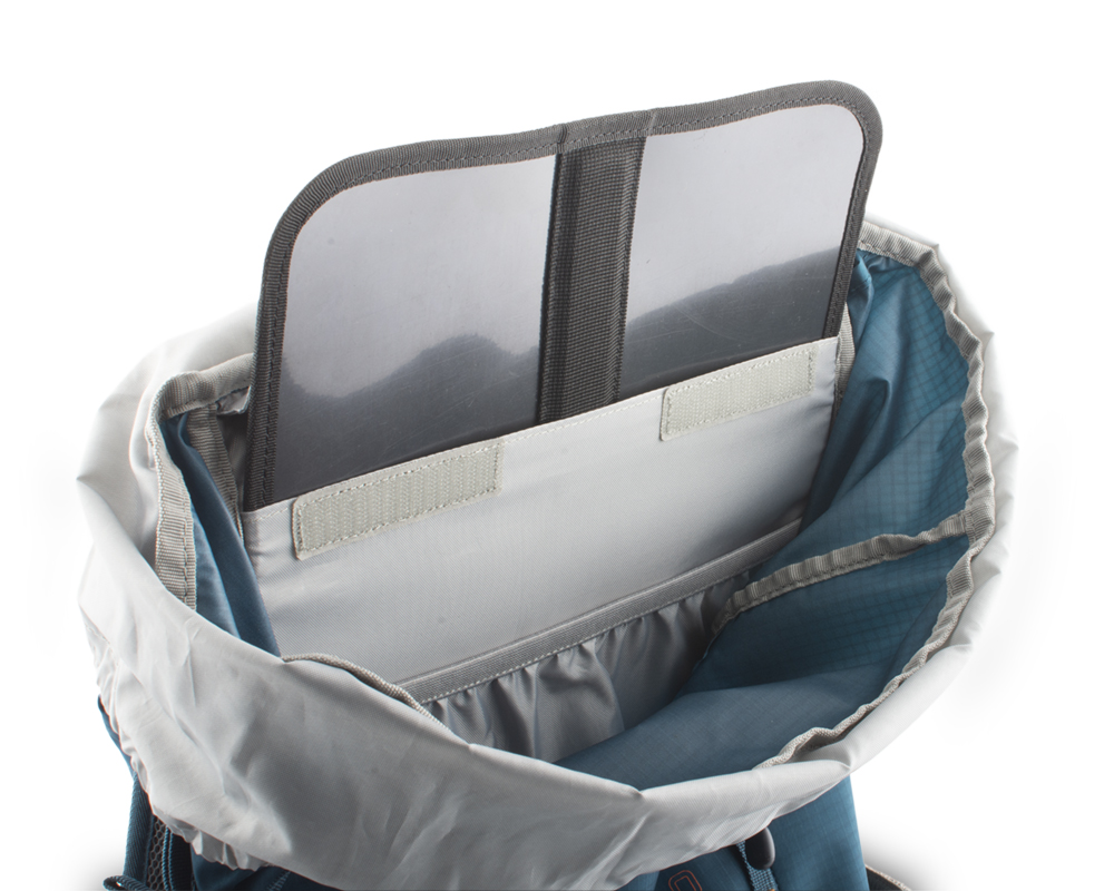 Fly 30 petrol - The back of the backpack is reinforced with a removable HDPE plate with integrated duralumin reinforcement, which helps to distribute the weight of the transported cargo on the back and eliminates the pressure of transported objects in the back.