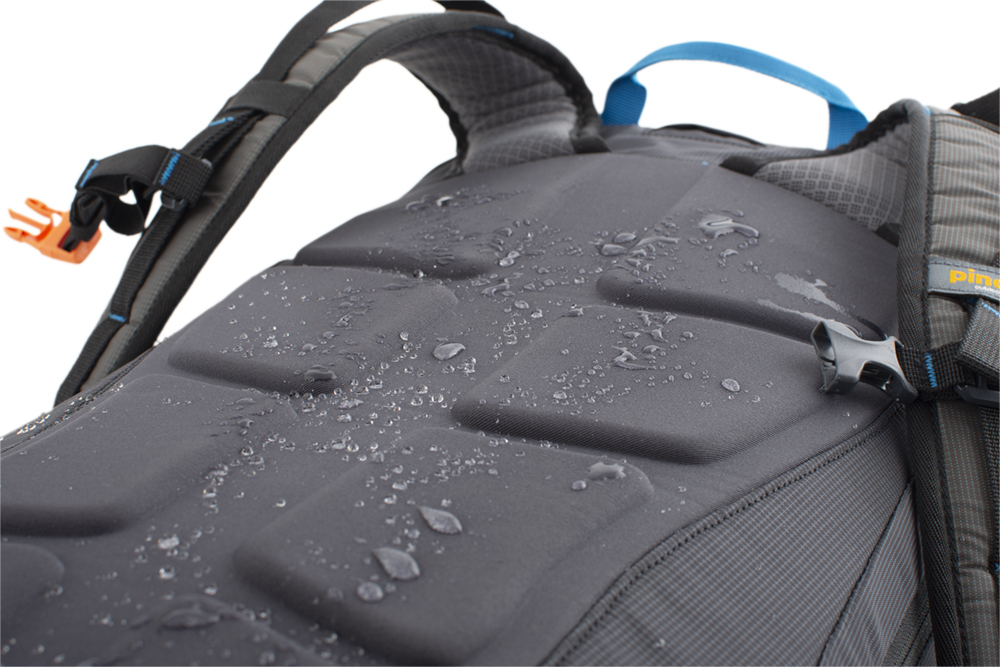 Ridge 40 - The new, non-absorbent, molded back system SNOFF, which does not stick to snow and is water repellent.