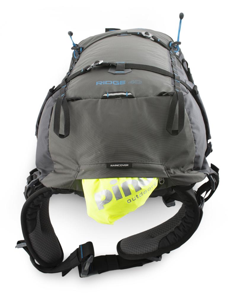 Ridge 40 - Reflexní poutko na blikačku pro snadnou viditelnost v nepříznivém počasí.  Výrazná pláštěnka v samostatné zipové kapse na dně batohu.