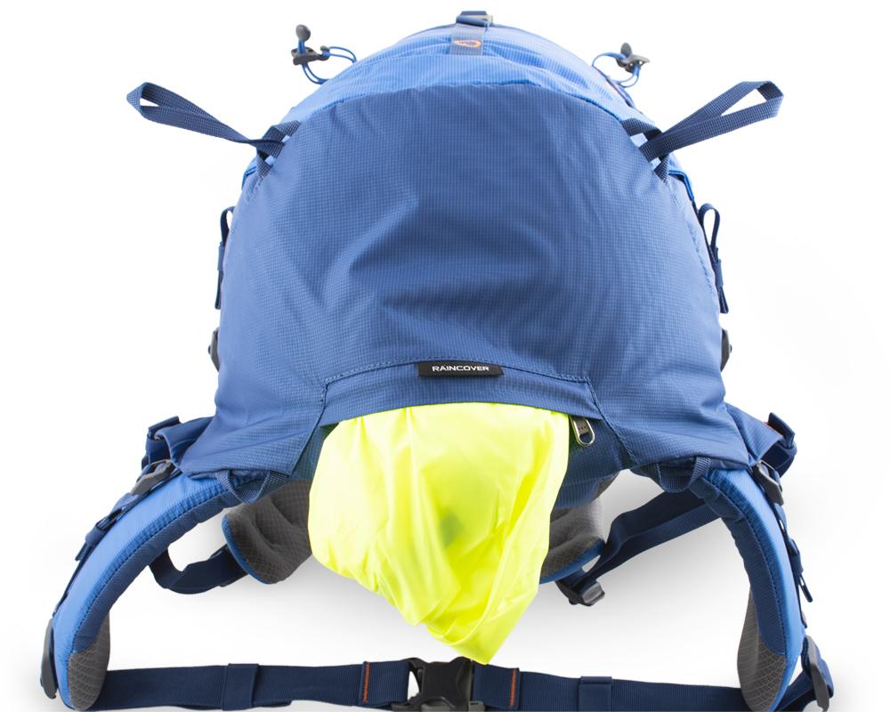 Boulder 38 blue - výrazná pláštěnka v samostatné zipové kapse na dně batohu