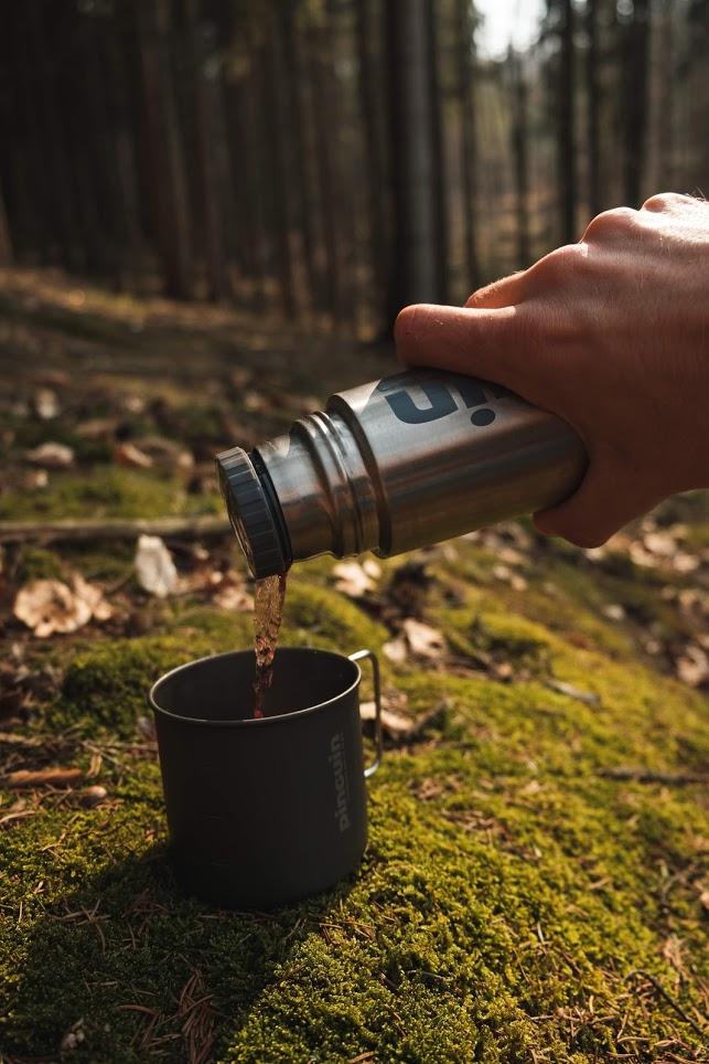 pužití termosky v lese